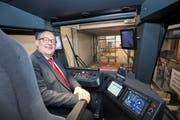 Fredy Brunner, wie er leibt und lebt. Im Bild sitzt er als Verwaltungsratspräsident der Appenzeller Bahnen im Cockpit eines der neuen Tango-Züge. (Bild: Ralph Ribi - 26. März 2018)