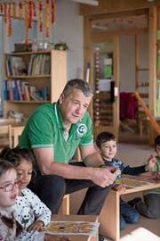 Lotto im Kindergarten: Toni Steinmann hilft Buben und Mädchen beim Zahlensuchen. (Bild: Adriana Ortiz Cardozo)