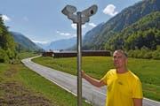 Ralf Suter mit zwei der Sensoren in der Hesigen. Im Hintergrund ist die Gewerbefläche von Suter zu sehen. (Bild: Andreas Seeholzer, 23. Mai 2019)