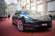 Der 4,69 Meter lange Tesla Model 3 bietet fünf Personen Platz, fährt mit zwei Elektromotoren und Allrad. (Bild: Benjamin Manser)