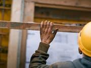 Dumpinglöhne und Schwarzarbeit: Die Kantone befassen sich vor allem mit dem Baugewerbe, dem Gastgewerbe und dem Handel. (Bild: KEYSTONE/GAETAN BALLY)