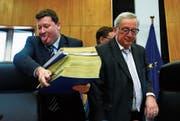 Streckt er der Schweiz die Zunge raus? Martin Selmayr mit seinem Chef Jean-Claude Juncker in Brüssel. (Bild: F. Lenoir/Reuters; 27. Februar 2019)