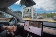 Der Blick nach vorne geht ins Nichts, das Cockpit ist dort leer. Alle Informationen sind auf dem Tablet zu finden, sogar die Geschwindigkeit. (Bild: Benjamin Manser)