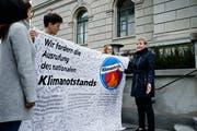 Am 11. April hatten Mitglieder der Klimastreikbewegung Kantonsratspräsidentin Monika Barmet (rechts im Bild) ein Transparent mit 350 Unterschriften für die Ausrufung des Klimanotstands überreicht. Nun sind sie ihrem Ziel ein Schritt näher gekommen. (Bild: Stefan Kaiser, Zug)