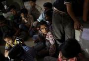 Der Schrecken steht ihnen ins Gesicht geschrieben: Befreite Kindersklaven in einer Fabrik in Neu-Delhi. (Bild: Kevin Frayer/AP, 12. Juni 2012)