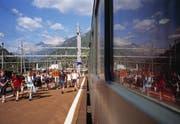Jugendliche steigen in Airolo aus dem Zug. (Bild: Keystone)