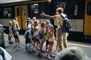 Eine Lehrerin sammelt ihre Schülerinnen und Schüler auf dem Perron im Bahnhof Olten (Bild: Keystone)