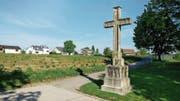 Stand einst an einem ganz anderen Ort: das grosse neugotische Wegkreuz am Fussweg zum Hof Erli in Steinhausen. (Bild: Andreas Faessler, 24. Mai 2019)