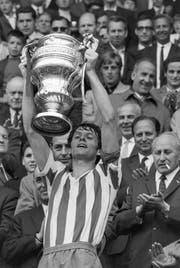 St.Gallens Captain Kurt Grünig präsentiert den Anhängern den Pokal. (Bild: Keystone)