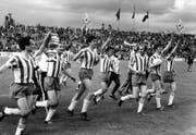 Samt Pokal: Die Spieler des FC St.Gallen auf ihrer Ehrenrunde nach dem gewonnenen Cupspiel. (Archivbild: Keystone)