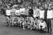 Stolze Cupsieger: Die St.Galler Spieler und Betreuer nach dem Triumph. (Bild: Keystone)