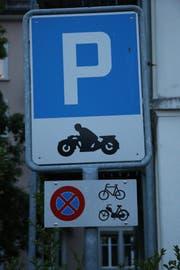 Die Signalisation auf dem Zweirad-Parkplatz an der Lagerstrasse ist klar.