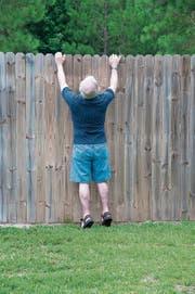 Zäune sind häufig Anlass für Nachbarschaftsstreitigkeiten: Sie sind dem einen zu hoch, nehmen dem anderen die Sonne oder stehen zu nah an der Grundstücksgrenze. Symbolbild: depositphotos/brookefuller