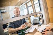 Der deutsche Zollbeamte Stefan Teufel stempelt am Autobahnzoll Kreuzlingen/Konstanz Ausfuhrscheine ab. (Bild: Andrea Stalder)