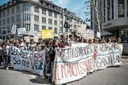 Über 700 Klimastreikende marschieren mit geschriebenen und gesprochenen Parolen durch die Kornhausstrasse. (Bild: Adriana Ortiz Cardozo)