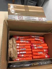 Die beschlagnahmten Pyrofakeln. (Bild: EZV)