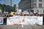 An der Klimakundgebung vom Freitag in St.Gallen wurde der Verkehrsknoten Kornhaus- und St.-Leonhard-Strasse während rund einer Viertelstunde blockiert. (Bild: Adriana Ortiz Cardozo - 24. Mai 2019)