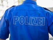 Ein Unfall eines E-Trottinetts mit einem Tram hat am Freitagabend in Basel zwei Verletzte gefordert. (Bild: KEYSTONE/GEORGIOS KEFALAS)