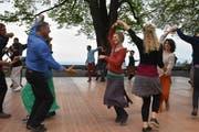 Das einheimische Duo Sol do animiert das Publikum auf dem Heidler Dunantplatz zum Tanzen. (Bilder: Mea McGhee)