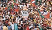 Unterstützer des Premierministers Narendra Modi und seiner Partei BJP bei einer Kundgebung in Neu-Delhi. (Bild: Harish Tyagi/EPA, 23. Mai 2019)