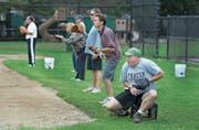Mädchen spielen Softball – unter den wachsamen Augen der Eltern im US-Ort Milton. (Bild: Pat Greenhouse/Globe Staff)
