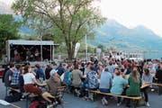 Die Besucher geniessen das «Sound am See» am Sarnersee. (Bild: Marion Wannemacher, Sarnen, 24. Mai 2019)