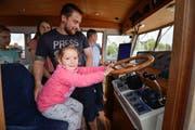 Dieses Mädchen sitzt am Steuer des Einsatzschiffs TG3 der Seepolizei. (Bild: Donato Caspari)