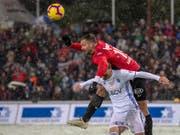 Stefan Maierhofer (oben), hier im Match gegen Lausanne aufgenommen, bringt mit seinem Kopfball den FC Aarau in die Barrage (Bild: KEYSTONE/URS FLUEELER)