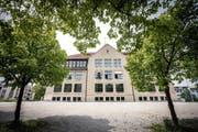 Das Schulhaus Buchental: Hier wurde ein Reallehrer wegen verbaler Entgleisungen fristlos entlassen. (Bild: Urs Bucher)