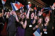 Anhänger der Partei von Marine Le Pen jubelten gestern in Paris, als die Wahlresultate eintrafen. (Bild: Christoph Petit Tesson/EPA)