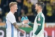 Marvin Schulz freut sich mit David Zibung nach dem 3:2-Sieg in Bern. (Bild: Peter/Keystone (Bern, 6. Oktober 2018))
