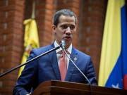 Die venezolanische Opposition um den selbst ernannten Interimspräsidenten Juan Guaidó sieht den von Norwegen eingefädelten Verhandlungsversuch mit dem Maduro-Regime skeptisch. (Bild: KEYSTONE/EPA EFE/RAYNER PEÑA)