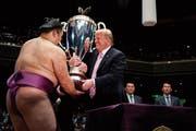 Kampfsportfan Donald Trump nutzte gestern die grosse Sumo-Bühne, um in Japan Sympathiepunkte zu sammeln. (Bild: Evan Vucci/AP; Tokio)