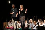 Die Schulleiter Victor Steiner und Karin Anderhalten halten am Fest zum 20-Jahr-Jubiläum der Grundacherschule Rückblick. (Bild: Marion Wannemacher, Sarnen, 25. Mai 2019)