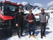 Skifahrer Marco Odermatt (v.l.), SRF-Moderator Stefan Büsser und Skilegende Bernhard Russi am Rande der Dreharbeiten. (Bild: PD)