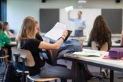 Die Politik bemängelt alte Lehrmittel, doch der Lehrerverband hat andere Sorgen. (Bild: Keystone/Gaetan Bally)
