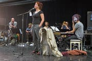 Sarah Alexandra Hudarew mit der Band Faber bei der Probe zum Stück «Zappa on the Hill».Bild: Boris Bürgisser (Südpol, Kriens, 15. Mai 2019)