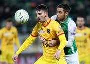 St. Gallens Alain Wiss (rechts) im Kampf um den Ball gegen den Xamax-Spieler Samir Ramizi. (Bild: Eddy Risch/KEY)