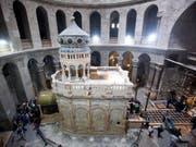 Das Grab von Jesus Christus in der Rotunde der Grabeskirche in Jerusalem: Die drei die Grabeskirche verwaltenden Kirchen haben sich auf eine umfassende Renovierung des Sakralbaus geeinigt. (Bild: KEYSTONE/EPA/ABIR SULTAN)