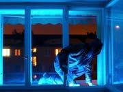Nicht alle Einbrüche gehen so glimpflich aus, wie jener in Winterthur: Dort hatte sich eine Pflegekraft ausgesperrt und wollte via Balkon zurück in die Wohnung klettern - allerdings irrte sie sich im Balkon und löste einen Polizeieinsatz aus. (Bild: KEYSTONE/WALTER BIERI)