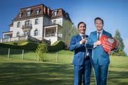 SVP-Kandidat Oliver Imfeld posiert vor der Villa Krämerstein. Als Immobilienvorsteher der Gemeinde wäre er für diese Liegenschaft verantwortlich. (Bild: Boris Bürgisser, Horw, 1. Mai 2019)