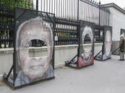 In Wien sind zum dritten Mal innert weniger Tage Porträtfotos von Überlebenden der NS-Verfolgung zerschnitten worden. Die Bilder werden im Rahmen der Ausstellung «Gegen das Vergessen» entlang der Ringstrasse vor dem Heldenplatz gezeigt. (Bild: KEYSTONE/APA/APA/LUKAS HUTER)