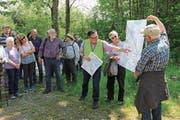 Marcel Tanner (mit Leuchtweste) vom Amt für Umwelt erklärt während des Gemeindeumgangs das Renaturierungsprojekt. (Bild: Claudia Koch)