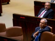 Angesichts der Pattsituation bei den Koalitionsverhandlungen hat das israelische Parlament einen ersten Schritt in Richtung vorgezogener Neuwahlen unternommen. Ministerpräsident Benjamin Netanjahu (im Vordergrund) und seine Likud-Partei haben noch bis Mittwochabend Zeit, eine Regierung zu bilden. (Bild: KEYSTONE/AP/SEBASTIAN SCHEINER)