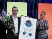 Der belgische Autor Bart Moeyaert (links im Bild) hat am Montag von der schwedischen Prinzessin Victoria (rechts) den Astrid-Lindgren-Gedächtnispreis erhalten. (Bild: KEYSTONE/EPA TT NEWS AGENCY/JANERIK HENRIKSSON)