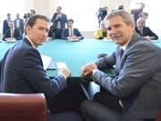 Nach dem Misstrauensvotum gegen die Regierung von Österreichs Kanzler Sebastian Kurz (links im Bild) soll nun Vizekanzler Hartwig Löger (rechts) die Geschäfte zunächst weiterführen. (Bild: KEYSTONE/APA/APA/HERBERT NEUBAUER)