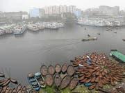 Rückstände von Antibiotika belasten Flüsse in aller Welt. In einer Wasserprobe aus Bangladesch fand sich beispielsweise eine ums 300-Fache zu hohe Konzentration des Antibiotikums Metronidazol. (Bild: KEYSTONE/EPA/MONIRUL ALAM)