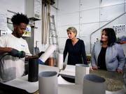 Integrations-Vorlehrling Solomon Aklilu aus Eritrea zeigt Bundesrätin Karin Keller-Sutter (Mitte) und der Berner Regierungsrätin Christine Häsler seine Arbeit. (Bild: KEYSTONE/ANTHONY ANEX)