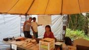 Susann Schuh und Helfer in einem Zelt, in dem sich alle an der Suche Beteiligten registrieren mussten. (Bild: pd)