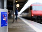 Die Perrons von Schweizer Bahnhöfen werden ab Juni Schritt für Schritt rauchfrei. Gequalmt werden darf künftig nur noch in signalisierten Zonen. (Bild: KEYSTONE/LAURENT GILLIERON)